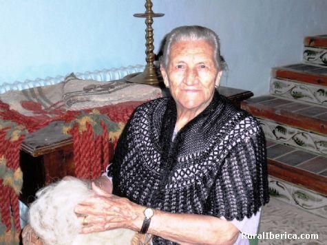 Carolina prepara el copo de lana. Villarroya de los Pinares, Teruel - Villarroya de los Pinares, Teruel, Aragón