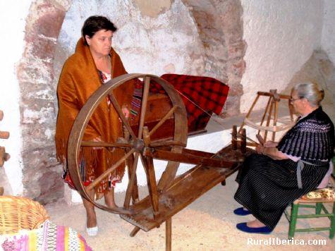 Con Agustina intentan hilar. Villarroya de los Pinares, Teruel - Villarroya de los Pinares, Teruel, Aragón