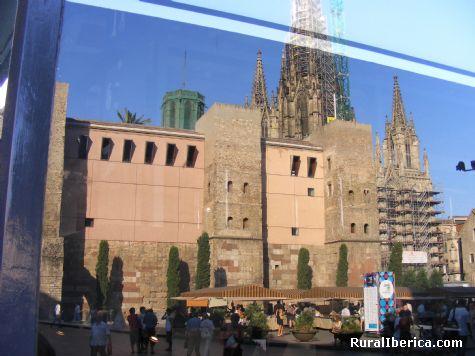 Reflejo, Muralla Romana y la Catedral - Barcelona, Barcelona, Cataluña