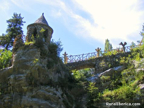 Jardines Artigas, de Gaudi. Glorietay puente de las sepientes, La Pobla de Lillet, Barcelona. - La Pobla de Lillet, Barcelona, Cataluña