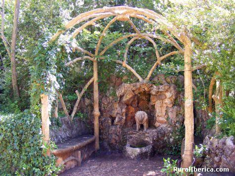 Jardines Artigas, de Gaudi. la pergola y el leon, La Pobla de Lillet, Barcelona. - La Pobla de Lillet, Barcelona, Cataluña