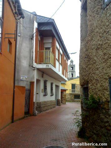 Una calle de Petín con la Torre al fondo - Petín, Orense, Galicia