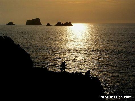 Pescando a contraluz. Miengo, Cantabria - Miengo, Cantabria, Cantabria
