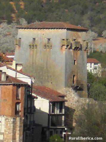Torreón de Doña Urraca y cerezos en flor - Covarrubias, Burgos, Castilla y León