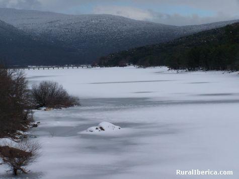 Río Duero helado al paso por Vinuesa. Soria - Soria, Soria, Castilla y León