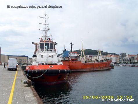 Remolcador en el puerto de Ribeira - Ribeira, La Coruña, Galicia