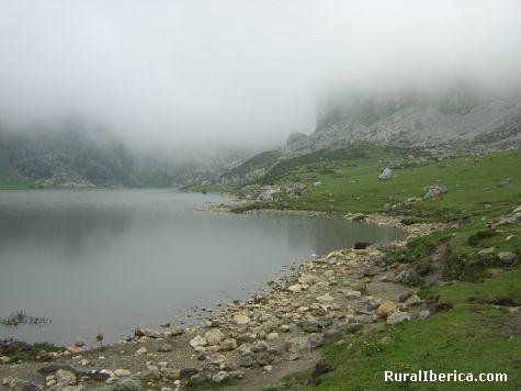 Niebla sobre el Lago de la Ercina. Lagos de Covadonga, Asturias - Lagos de Covadonga, Asturias, Asturias