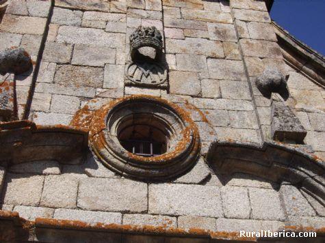 Detalle de la fachada, iglesia de románica de Santa María - Petín, Orense, Galicia