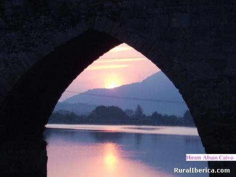 Reflejo del amanecer  bajo uno de los cinco arcos del puente romano de Petín - PETIN, Orense, Galicia