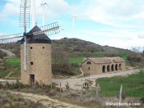 Molino harinero restaurado y parque eólico en la Sierra Guerinda. San Martín de Unx. Navarra - San Martín de Unx, Navarra, Navarra