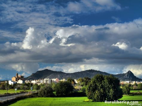 Llucmajor y su entorno rural, alfondo la sierra de Galden con el puig de ses bruixas - llucmajor, Baleares, Islas Baleares