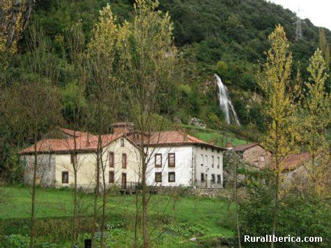 Cascada. La Hermida, Cantabria - La Hermida, Cantabria, Cantabria